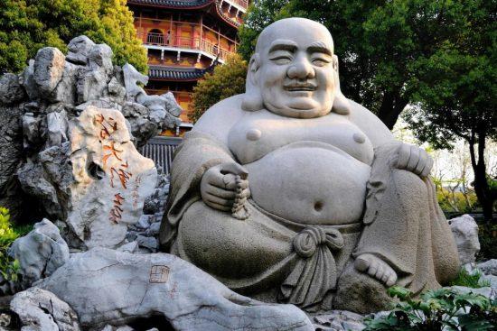 Une statue de Bouddha dans un jardin