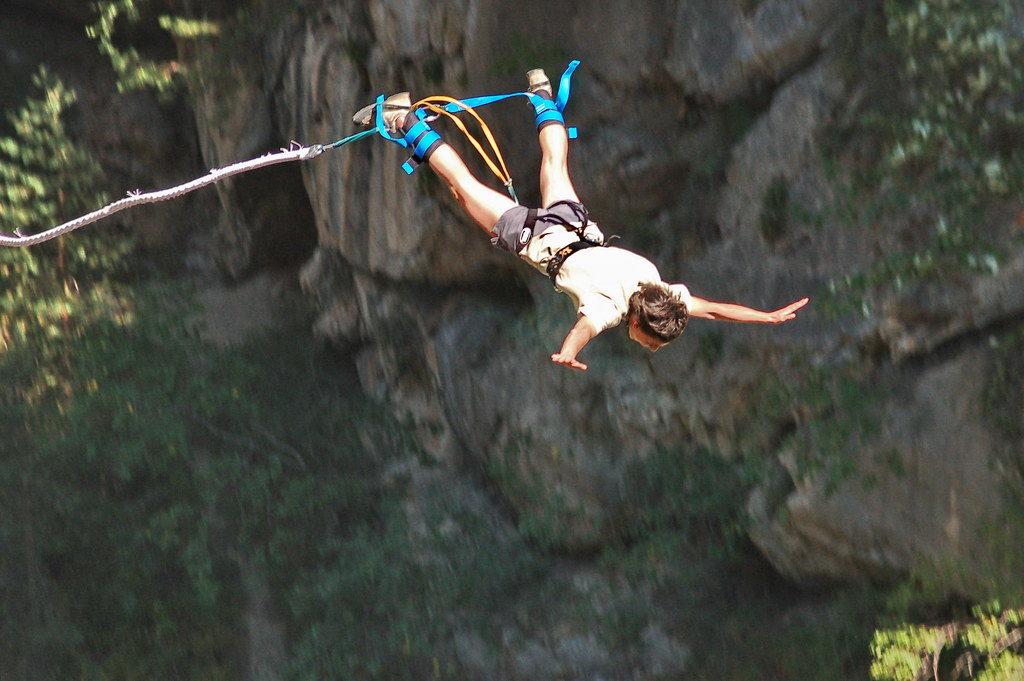 Un homme fait du saut à l'élastique