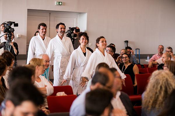 Les Décalez! arrivent en peignoir au sein de l'assemblée de la MGEN